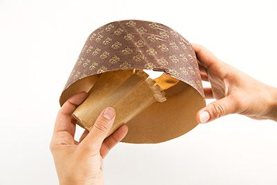 シフォンケーキ型の中央の芯を取る。
