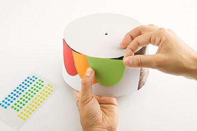 半円型に切った画用紙をのりで貼り付けて装飾する。