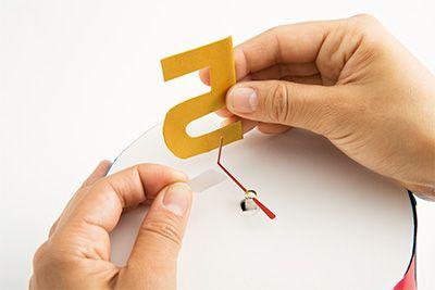 針の先を折って、画用紙でつくった数字(年齢)をテープでつける。