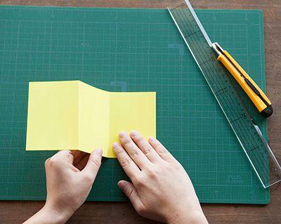 色画用紙を横7㎝幅ごとにカッターの背でスジをつけ、じゃばらに折る。