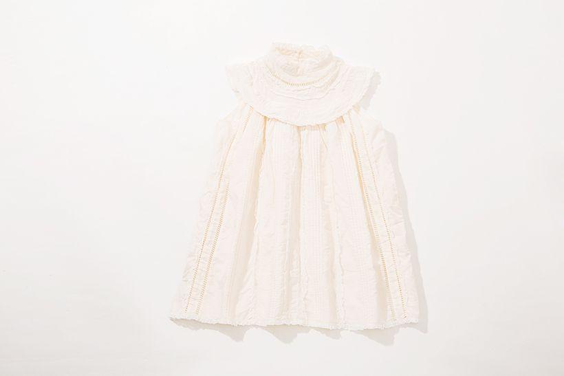 バレリーナから着想を得たドレスは可憐な女の子にぴったり。生成がかったカラーはほんのりナチュラルなムードを演出し、首元や裾に施されたフリルやレースがより一層女の子の気分を高めてくれる。 ドレス¥7,499(税込)