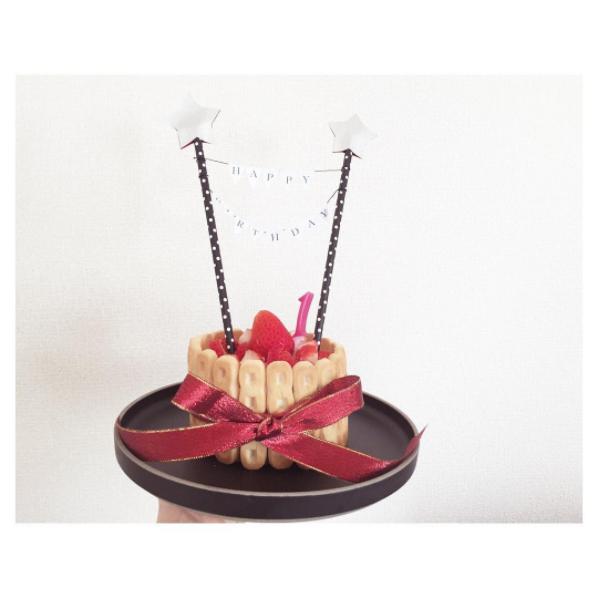 ホットケーキをセルクルで丸くくり抜いて、ベビーダノンをクリームの代わりにしてイチゴを挟んで重ね、周りにビスケットをデコしました