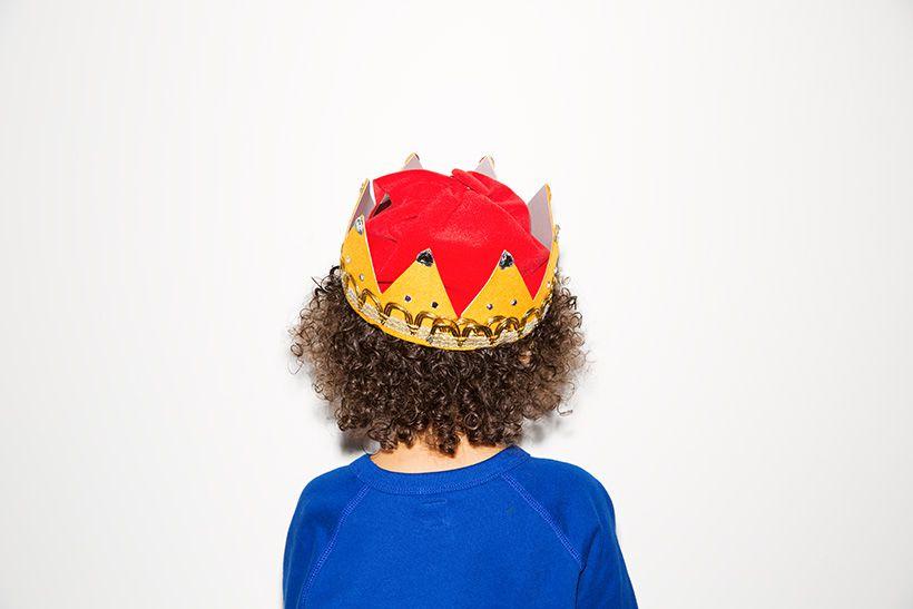 絵本の中から飛び出したような立派な冠。冠のベースはなんと台所で使うザル! 意外にも子どもの頭にフィットして、しっかりしているからベースとしても最適。