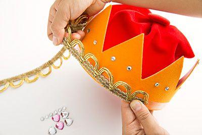 ラメブレードやラインストーンをボンドで貼り付けて装飾する。たくさん付けてゴージャスに。