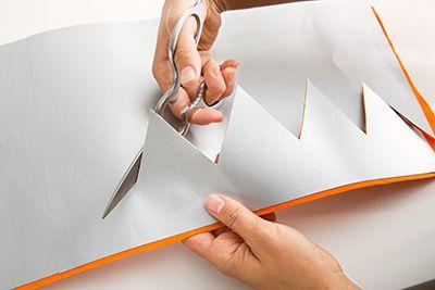 両面テープをはがし、オレンジのフェルトを貼り付けて、スジに沿って切り取る。