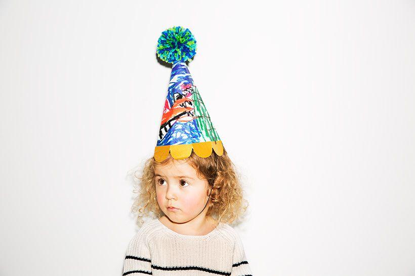 子どもが前の1年で描いた絵をカラーコピーして、コラージュしたパーティハット。子どもの成長を感じながら、お誕生日会が楽しめます♪ 絵はカラフルなものを選ぶのが可愛くするコツ。