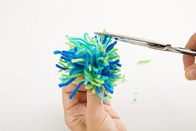 毛糸を拡げ、きれいな丸くなるようにはさみで形を整える。