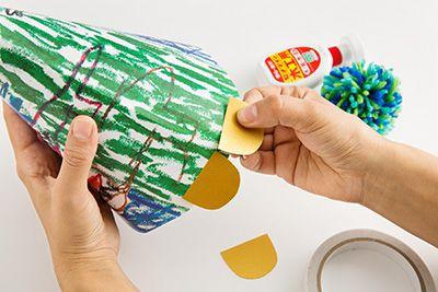 金色の画用紙を半円型に切り、ハットの淵に両面テープで貼り付ける。