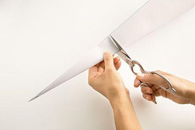 折った画用紙の頂点から20cmの長さのところで切る。もう1枚の画用紙も同じようにする。