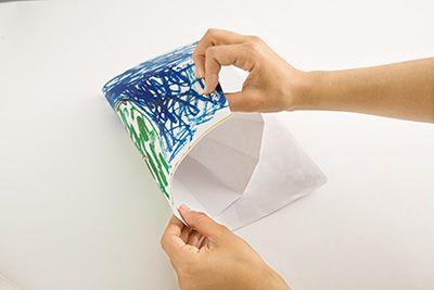 カラーコピーした子どもの絵を両面テープもしくはスプレーのりで貼り付ける。
