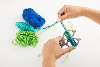毛糸をはさみに●回巻き付け、輪っかの束をつくる。