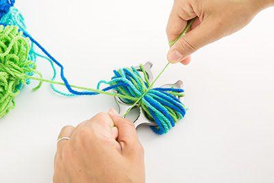 輪っかの真ん中を別の毛糸できつく縛る。