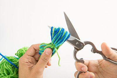 はさみから輪っかをゆっくり取り外し、輪の中にはさみを入れて切る。もう片方も同じように切る。