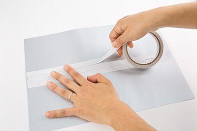 厚紙のスジをつけた部分を覆うように両面テープを貼る。
