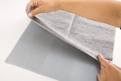 両面テープをはがし、フェルトを貼り付ける。