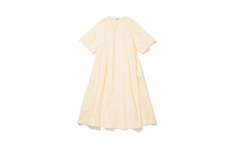 爽やかなイエローのワンピースは、シアサッカー素材だからさらりとした肌触りで夏まで着られる。深Vネックとふんわりした袖や裾が、ナチュラルなレディー感を演出。 ワンピース¥4,990 一部店舗のみで販売