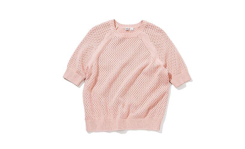 くすんだピンクは今季注目カラー。リブの切り替えや目の荒いメッシュが程よいメリハリをつけて一枚でサマになるアイテム。コットン素材だから肌触りも柔らか。 セーター¥2,990 一部店舗のみで販売