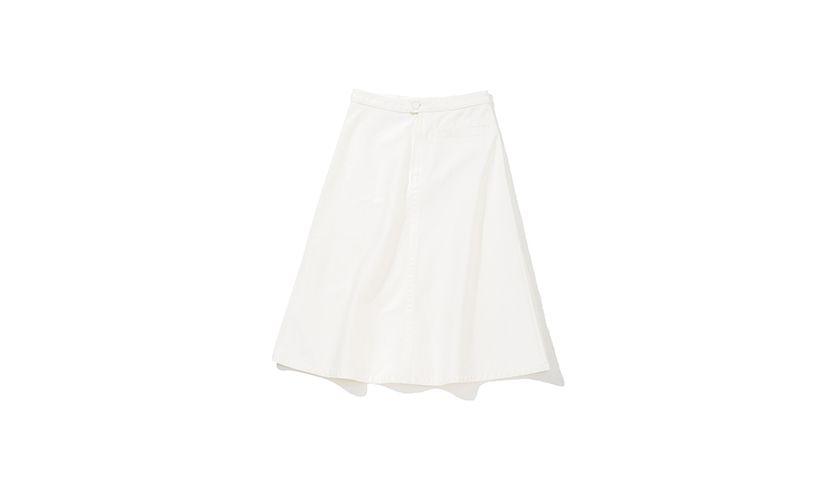 デニムスカートはふんわりとしたフレアを効かせて女性らしくアップデート。バックには大きめのポケットがついているから気になるお尻周りもさりげなくカバー。 デニムスカート¥3,990 一部店舗のみで販売