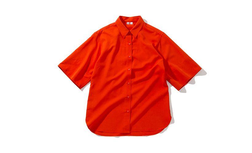 メンズライクになりがちなオーバーサイズアイテムを、落ち感のあるレーヨン素材で上品な印象に。発色のよいシャツはusedぽく着こなしてモードな雰囲気を楽しみたい。 シャツ¥2,990 一部店舗のみで販売