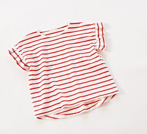 定番のボーダーTシャツも、袖にプリーツをあしらうことで、おしゃれ度アップ。