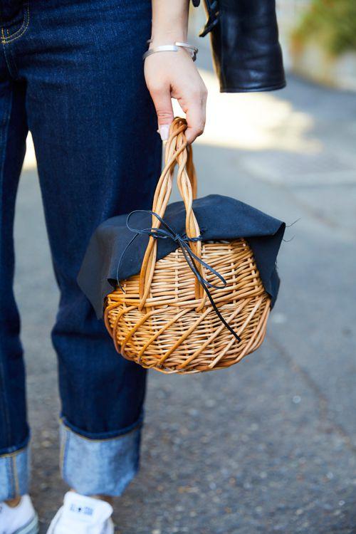 メンズライクなコーデにカゴバッグでガーリーさをプラス。