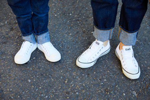 足もとはジャックパーセルをシェア。ローカットのスニーカーと太めのロールアップのバランスがこなれ感を演出。