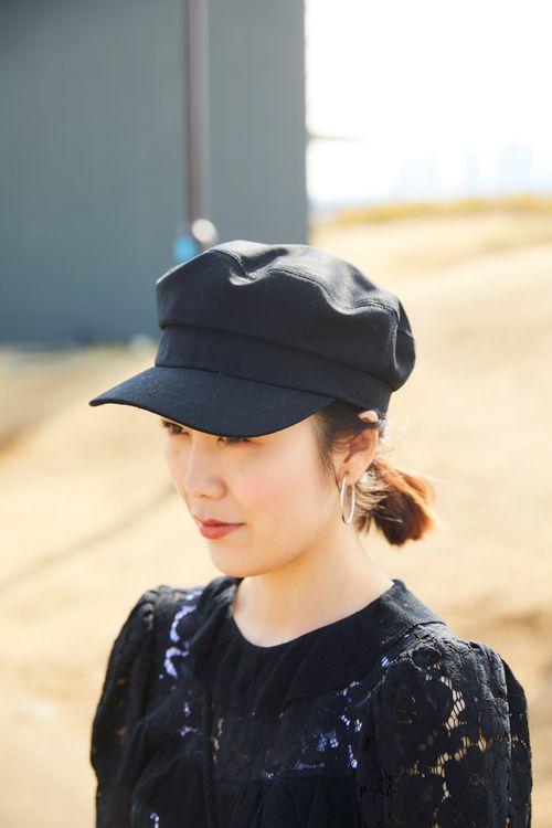 注目のマリンキャップは上品なカジュアル感が◎色もブラックで統一してよりキレイめな印象に。