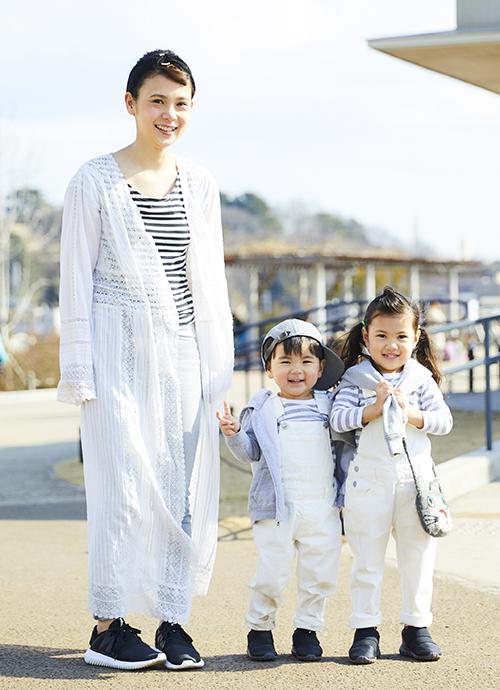 みんなでボーダー×ホワイトを合わせたカジュアルスタイル。boyはキャップ、girlはポシェットをプラスしてそれぞれの個性を表現。