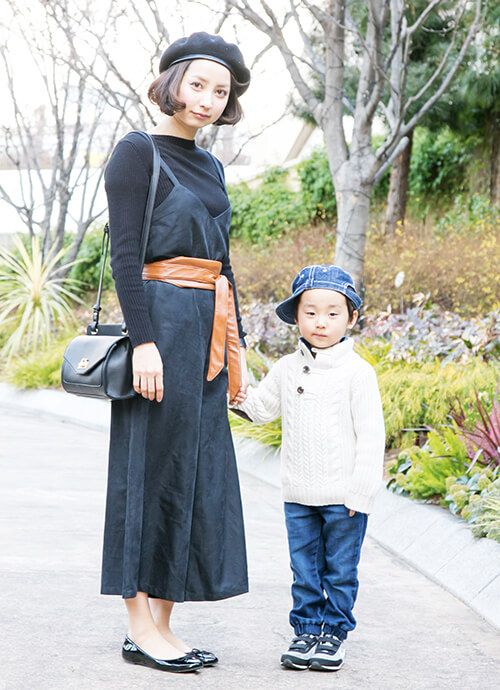 親子ともに洗練されたシンプルな装い。トレンドの太ベルトでウエストマークして、シルエットにメリハリを加えたテクニックに脱帽!