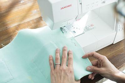 ①の表面を重ねて2つ折りにし、両脇を縫いあわせて袋状にする。 布Bも同様にする。