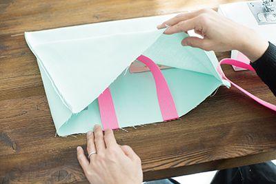 ②に持ち手になる平織りテープをそれぞれ縫いつける。