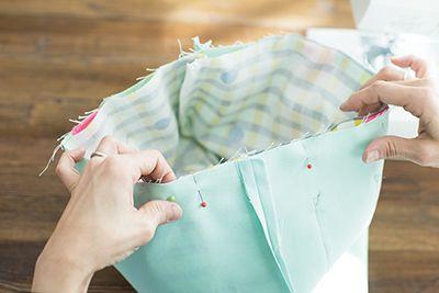 布AとBの表面どうしを重ねあわせて、袋口をまち針でとめ、縫いあわせる。このとき、仕上げ時に裏返すための返し口を10cm程度縫わずにおく。