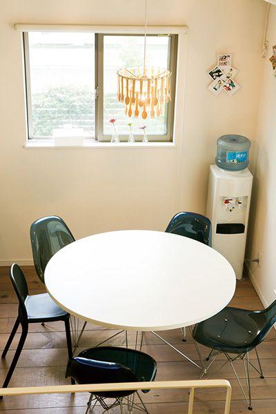 一目惚れしたデザイナーズ照明に合わせてダイニングテーブルも丸型に。
