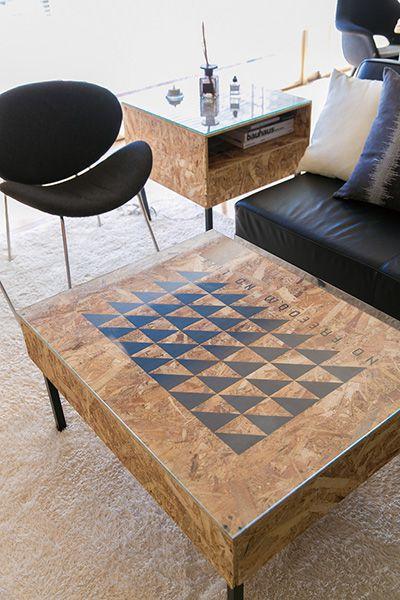 雄貴さん手づくりのテーブル。リモコンや本などが収納できて便利。