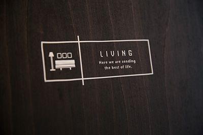 玄関ドアをはじめ、各部屋の扉に貼られたカッティングシートも手づくり。