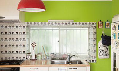 キッチンの備え付け収納はあえて取り外して、抜けのある空間に。