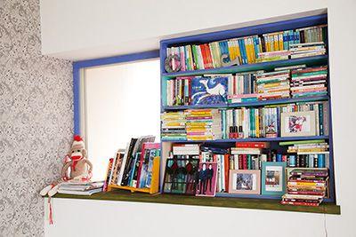 出窓をつぶし、手作りの棚を取りつけて収納スペースに。