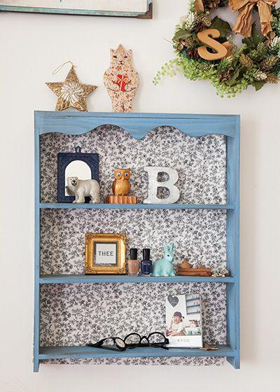 飾り棚は壁紙と差をつけるために布を貼ってから設置。「季節ごとの小物をディスプレイしたいです」