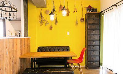ドライフラワーが飾られた黄色の壁が部屋全体を明るい印象に。