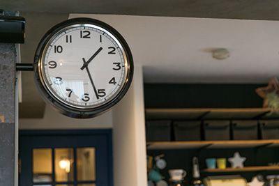 双方向から時間が見えるよう『イケア』で購入した時計を両面に。