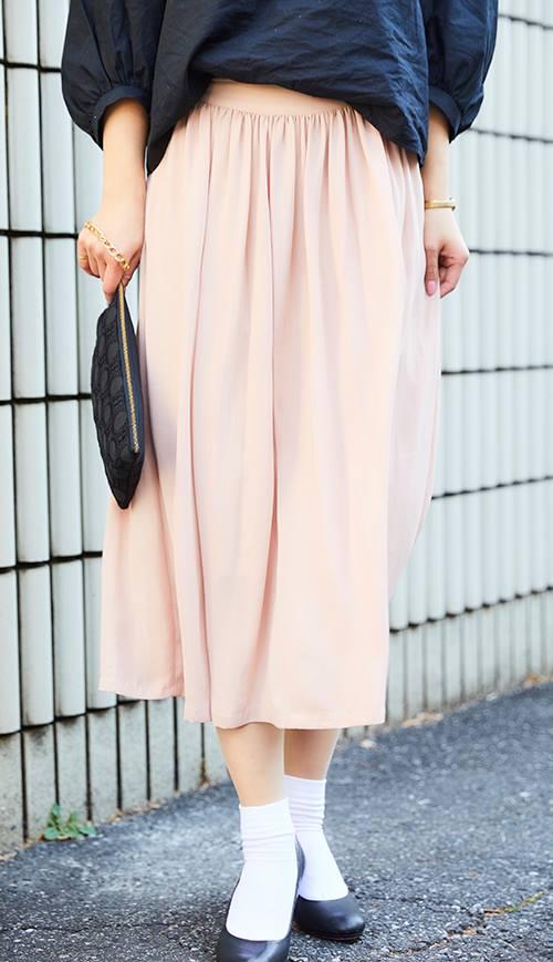 パステルピンクのスカートは、<br /> 歩くたびに軽やかに揺れる素材をチョイス♪&#8221; /></p> <p class=