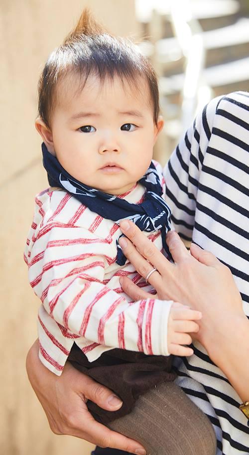 babyはレッド×ホワイトのボーダーを合わせて、<br /> チャームな雰囲気にシフト♡&#8221; /></p> <p class=