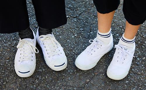 足もとは親子でコンバースをシェアして、<br /> テンションを仲良く統一♪&#8221; /></p> <p class=