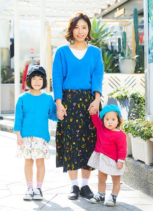 鮮やかなカラーのニットに花柄のスカートを親子で揃えたガールスタイル。kidsはキャップやベレー帽などの小物で個性をアピール。