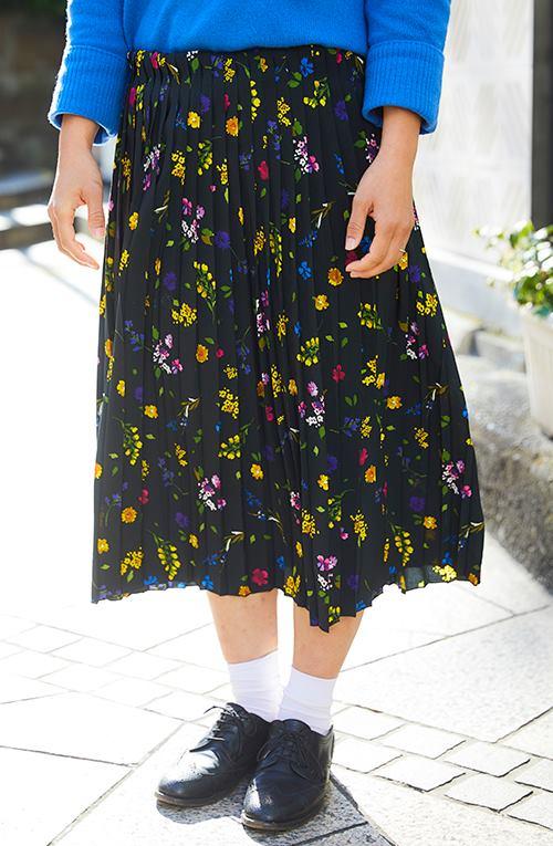 カラフルな小花柄のスカートでノスタルジックな印象に!