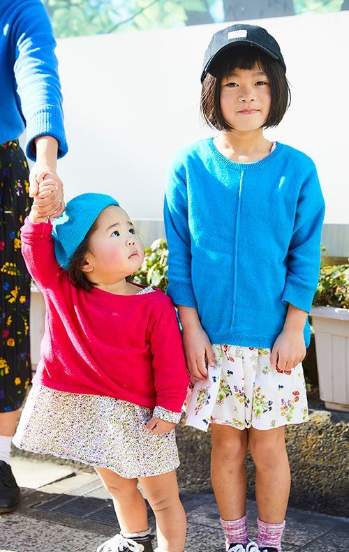 kidsも小花柄のスカートをリンクさせつつ、<br /> 色違いのニットを合わせてテンションに変化を加えて♪&#8221; /></p> <p class=