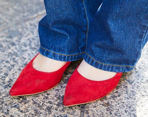 赤いパンプスをチョイスして、<br /> カジュアルコーデのスパイスに♪&#8221; /></p> <p class=
