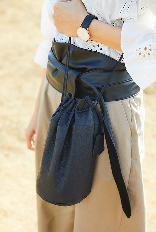 キャスケットやサッシュベル、巾着などの小物は黒で統一してコーデ全体を引き締め!