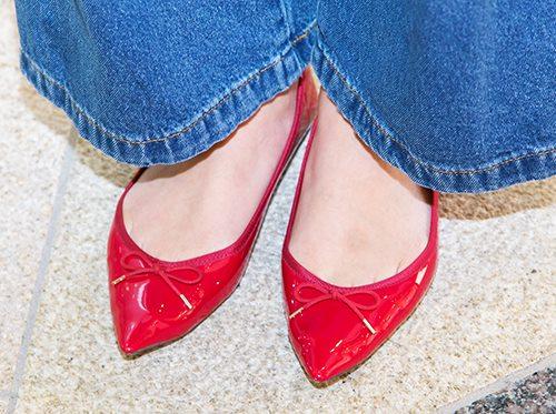 足もとはリボンが付いたエナメルの赤いパンプスを合わせて、<br /> ちょっぴりガーリーな要素を注入♡&#8221; /></p> <p class=