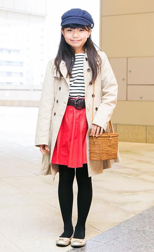 girlはmamaと色違いのトレンチコートを選んで個性を主張◎<br /> 赤いスカートがチャームなアクセントに♪&#8221; /></p> <p class=